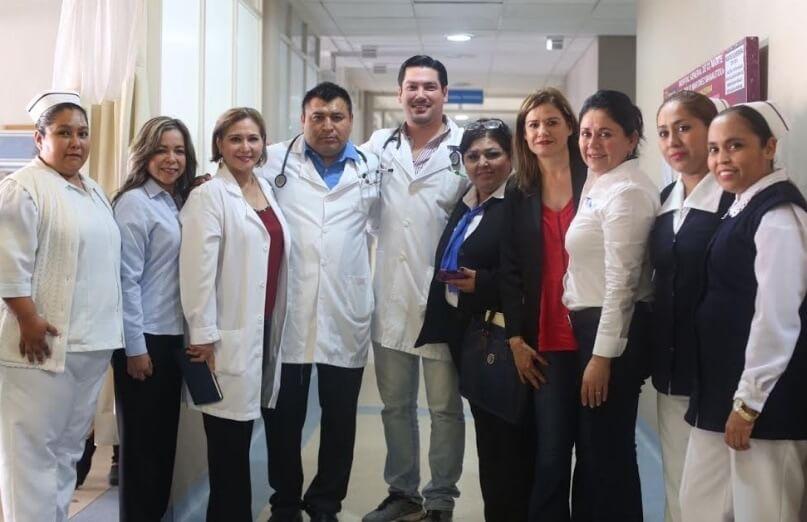 La directora del DIF Tamaulipas Omeheira López Reyna, en compañía del personal del hospital