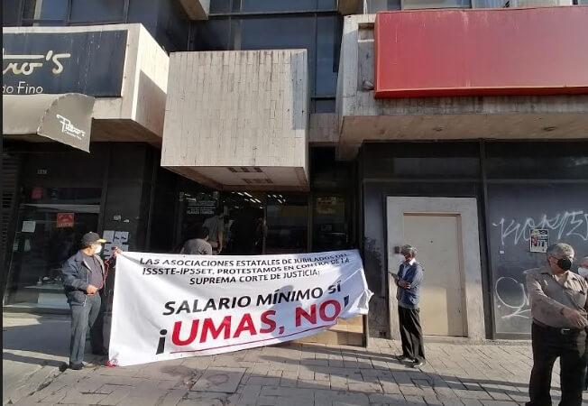 Maestros jubilados protestan en el ISSSTE; pago en UMAS les reduce pensión